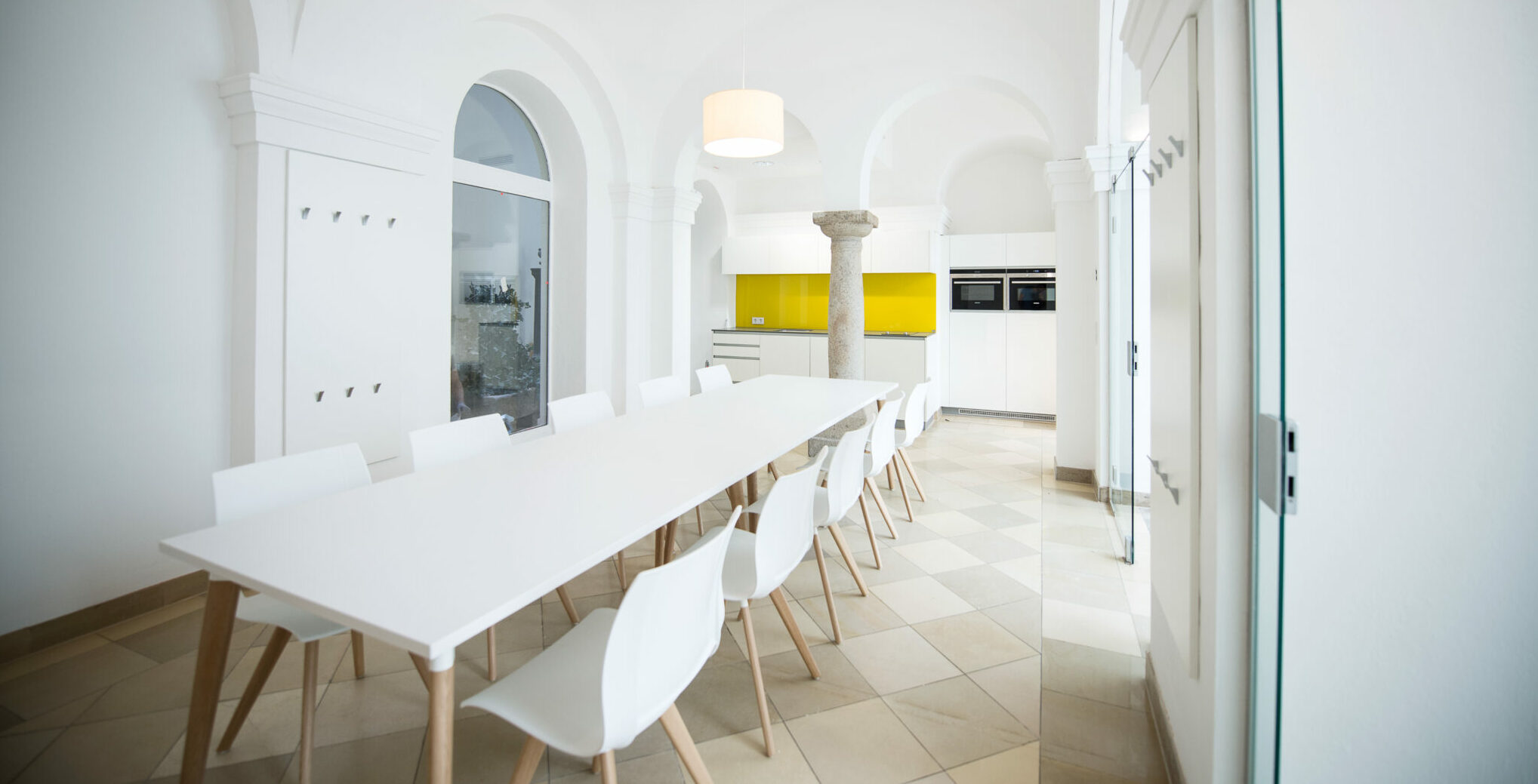 Kusch+Co kantoormeubelen Den Haag grote tafel - stoelen Heering Office